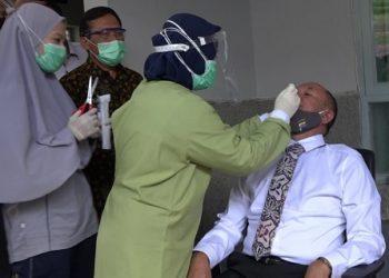 TES SWAB : Petugas melakukan tes swab kepada Wakil Bupati Banyumas Sadewo Tri Lastiono di Kompleks Pendapa Si Panji Purwokerto, Rabu (1/7). (dok/Pemkab Banyumas)