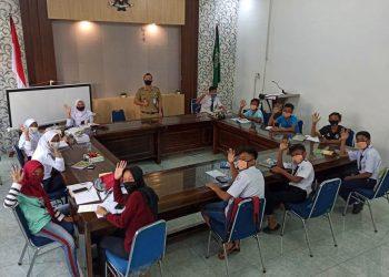 MAKAN SIANG: Sejumlah siswa menikmati makan siang yang disediakan Pemerintah Desa Bawang Kecamatan Bawang saat jeda mengikuti pembelajaran secara online memanfaatkan wifi gratis di Balaidesa Bawang.(SB/dok)