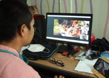 VIRTUAL TOUR: Peserta webinar Festival Destinasi Wisata HPI se Nusantara menyaksikan virtual tour melalui layar komputer di Purwokerto, Selasa (14/7) sore. (SB/Nugroho PS-2))