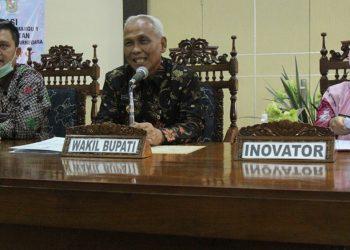 SAMPAIKAN PAPARAN: Wabup Banjarnegara Syamsudin bersama bidan Dirbadiyah menyampaikan paparan melalui video conference inovasi Elite Baby kepada tim panel independen KIPP 2020. (SB/dok)