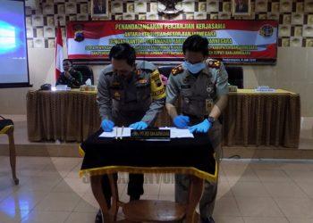 KERJA SAMA: Kapolres Banjarnegara AKBP Fahmi Arifrianto dan Kepala BPN Banjarnegara A Yani menandatangani nota kerja sama dalam pelaksanaan program Pendaftaran Tanah Sistematis Lengkap (PTSL). (SB/Castro Suwito-2)