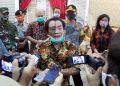 KONFERENSI PERS: Bupati Banjarnegara Budhi Sarwono memberikan penjelasan kepada wartawan usai konferensi pers perkembangan penanganan Covid-19 di Banjarnegara. (SB/Castro Suwito-2)