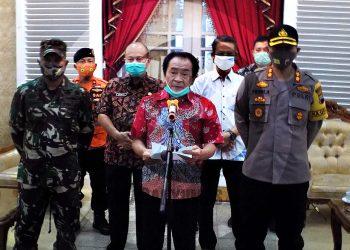 KONFERENSI PERS: Bupati Budhi Sarwono menyampaikan kondisi terkini terkait status pandemi Covid-19 di Banjarnegara pada konferensi pers, Jumat (5/7) malam. (SB/Castro Suwito-2)
