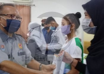 SERAHKAN INSENTIF: Ketua Umum KONI Cilacap, Bambang Sri Wahono, secara simbolis menyerahkan insentif kepada atlet berprestasi di gedung SMK Dr Soetomo, Cilacap , Selasa (30/6). (SB/Teguh Hidayat Akbar)