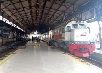 BEROPERASI: KA Ranggajati saat masih beroperasi Minggu (30/6) ketika berhenti di stasiun Purwokerto, tak banyak penumpang yang naik. (SB/dok)
