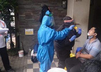SWAB TEST : Dinas Kesehatan melakukan swab test kepada warga Purwokerto. (SB/dok)