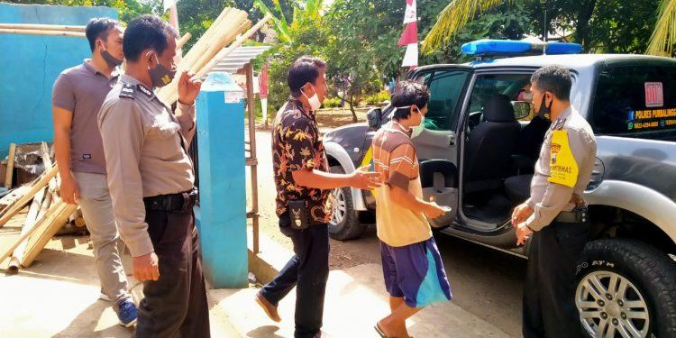 DIAMANKAN: Personel Polsek Bukateja,Purbalinggga mengamankan tersangka penganiayaan ibu dan adiknya dari rumahnya Minggu (25/7)