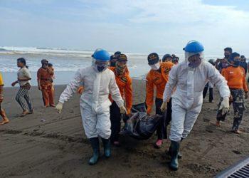 MENGEVAKUASI KORBAN: Tim SAR Gabungan mengevakuasi korban terseret ombak yang ditemukan di Pantai Widarapayung, Cilacap. (Dokumentasi Basarnas Cilacap)