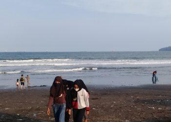 PANTAI CILACAP: Sejumlah warga bermain di pantai Tegalkamulyan, Cilacap, baru-baru ini.(SM/Teguh Hidayat Akbar)