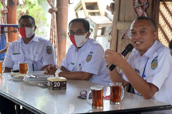DATA PENUMPANG: Vice President Daop 5 Purwokerto Agus Setiyono memaparkan data penumpang selama masa pandemi,  saat berjumpa dengan awak media, di Purwokerto, Rabu (12/8) (SB/Dian A)