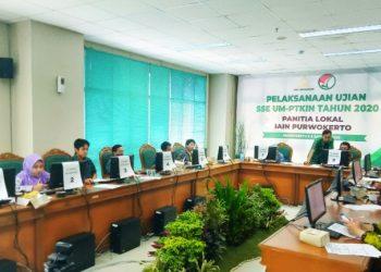 PANITIA: Panitia SSE UM-PTKIN IAIN Purwokerto melakukan pengawasan proses ujian masuk.