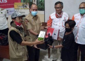 SERAHKAN HT : Wakil Bupati Banyumas Sadewo Tri Lastiono (seragam Pramuka) menyerahkan bantuan pesat handy talky (HT) kepada pihak MTs Pakis untuk jarak jauh dalam model KBM Rakom, Jumat (14/8) lalu. (SM/Sigit Oediarto)
