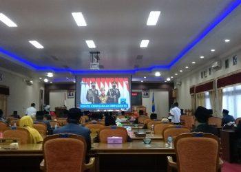 MENDENGARKAN PIDATO PRESIDEN: DPRD Cilacap mendengarkan pidato kenegaraan Presiden RI secara virtual di ruang paripurna, Jumat (14/8). (SB/Teguh Hidayat Akbar)