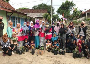 BERFOTO BERSAMA: Mahasiswa KKN Tematik IPB berfoto bersama dengan warga Desa  Adipasir Kecamatan Rakit, saat kegiatan pemanfaatan lahan pekarangan untuk mendukung  ketahanan pangan di masa New Normal. (SB/dok)