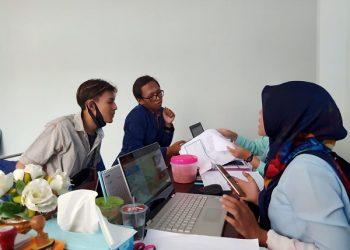 CARI INFORMASI:Sejumlah mahasiswa STMIK Widya Utama (SWU) mencari informasi terkait keringanan biaya kuliah.(SB/dok)