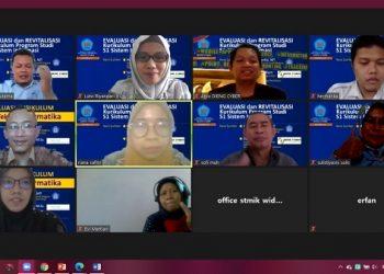 EVALUASI KURIKULUM:Suasana kegiatan rapat evaluasi kurikulum secara online yang digelar STMIK Widya Utama (SWU).(SB/dok)