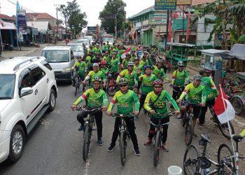 REHAT: Peserta kirab Agustusan dan Tahun Baru Hijriyah dari Ansor Cilongok rehat saat bersepeda menyusuri jalan barat hingga timur Banyumas, Minggu (23/8).