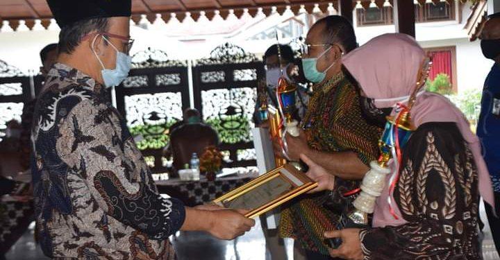 SERAHKAN PENGHARGAAN: Bupati Achmad Husein menyerahkan penghargaan kepada pemenang Kompetisi Inovasi Pelayanan Publik(KIPP) antar OPD, di Pendapa Si Panji Purwokerto, Rabu (26/8) lalu.