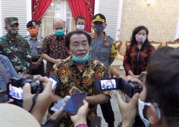 KONFERENSI PERS: Bupati Banjarnegara Budhi Sarwono memberikan keterangan kepada  media usai konferensi pers penanganan Covid-19 di Banjarnegara