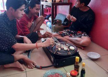 MEMANGGANG DAGING:Bersama dengan mahasiswa lain, mahasiswa asing asal Kamboja yang kuliah di SWU memanggang daging kurban.(SB/Dok)
