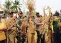 PANEN KEDELAI: Bupati Banjarnegara Budhi Sarwono memimpin panen raya kedelai yang dibudidayakan gabungan kelompok tani (gapoktan) di Desa Gumelem Wetan Kecamatan Susukan. (SB/Castro Suwito)