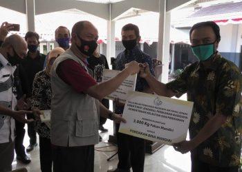 TERIMA BANTUAN : Ketua kelompok pembudidaya ikan di Banyumas menerima bantuan pakan ternak ikan secara simbolis dari BBPBAP Jepara, Jumat lalu di Desa Panimbangan Cilongok. (SB/Agus Wahyudi)