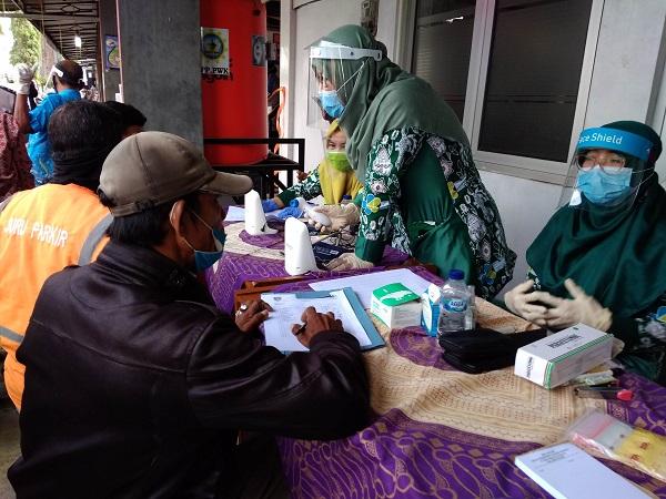 RAPID TES: Petugas melakukan rapid tes pada pengunjung Pasar Tanjungsari Cilacap, beberapa waktu lalu.  (SB/Gayhul Dhika Wicaksana)