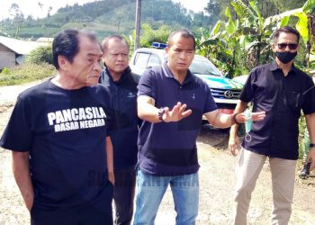 TINJAU JALUR: Bupati Banjarnegara Budhi Sarwono meninjau jalur Desa Plorengan Kecamatan Kalibening hingga batas ke Kabupaten Pekalongan yang akan dibangun tahun 2021 (SB/Castro Suwito -2)