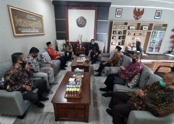 DISKUSI: Direktur Sumber Daya Ditjen Dikti, Kemendikbud Dr Mohammad Sofwan Effendi, MEd memaparkan cara sukses urus jabatan fungsional akademik dosen di UMP, Jumat (7/8). (SB/dok)