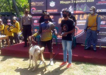 TERIMA HADIAH: Peserta menerima hadiah kambing pada ajang Gowes Wisata di Gunung Laos, Desa Kaliwangi, Kecamatan Purwojati, Minggu (2/8).(SB/Nugroho PS-2)