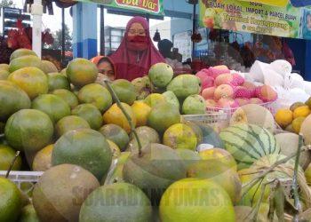 MENJUAL JERUK: Seorang pedagang menjual jeruk di wilayah Kecamatan Karangpucung, Kabupaten Cilacap, baru-baru ini. (SB/Teguh Hidayat Akbar)
