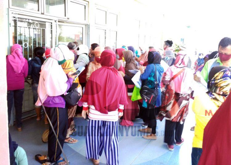PELAKU UMKM: Para pelaku UMKM memadati pintu masuk Plut Cilacap, Jumat (28/8). (SB/Gayhul Dhika Wicaksana-2)