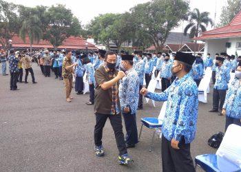PELANTIKAN: Bupati Cilacap Tatto Suwarto Pamuji melantik 177 pejabat di Halaman Pendapa Wijayakusuma Sakti, dengan menerapkan protokol kesehatan, Selasa (11/8).