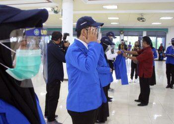 SERAHKAN JAKET: Rektor Unwiku, Kaboel Suwardi menyerahkan jaket almamater pada pelantikan mahasiswa baru gelombang I di Aula Djaring Bandayudha Unwiku, Sabtu (29/8). (SB/Nugroho PS-2)