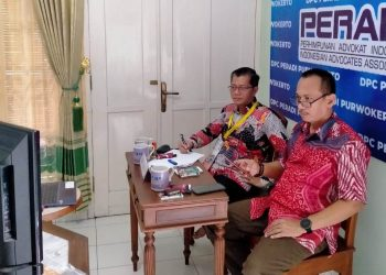 IKUTI  RAPIMNAS VIRTUAL: Ketua DPC Peradi Purwokerto Happy  Sunaryanto dan Ketua Bidang organisasi dan tata Laksana, Dwi Prasetyo  SA saat mengikuti Rapimnas secara virtual, Rabu (12/8).
