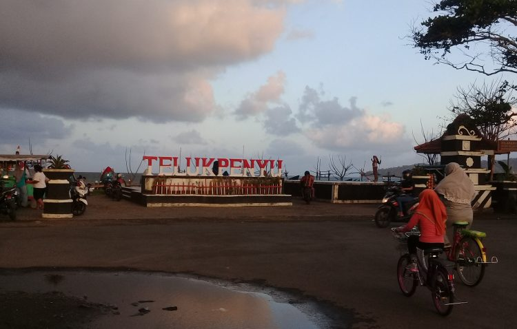 SENJA TELUK PENYU: Sejumlah pesepeda melintasi kawasan wisata pantai Teluk Penyu, Kabupaten Cilacap, di suatu senja. (SB/Teguh Hidayat Akbar)