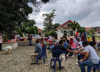Warga RT 04/04 Kelurahan Kranji, Purwokerto Timur menggelar tasyakuran setelah hasil swab seluruh warga dinyatakan negatif Covid-19 di lapangan Pangripta Kranji, Minggu (16/8). (SB/Nugroho PS-2)