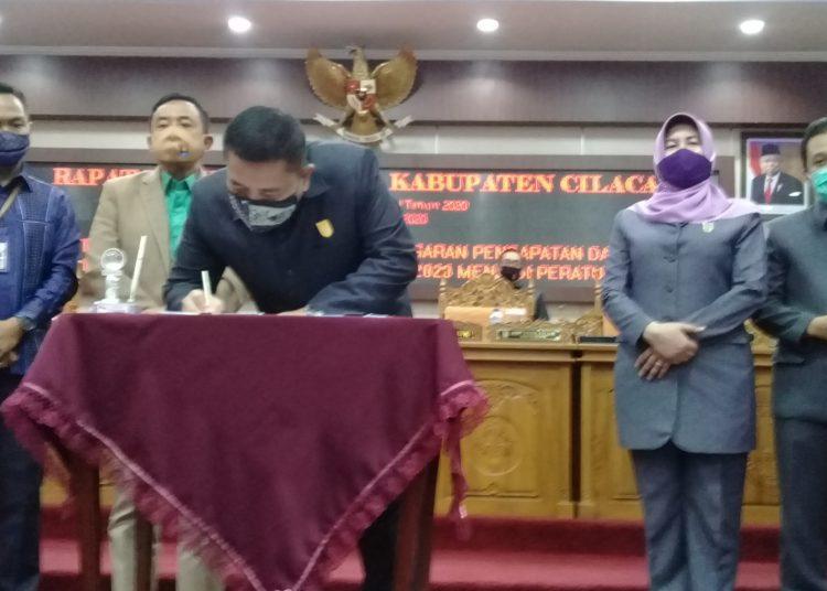MENANDATANGANI PERSETUJUAN: Ketua DPRD Cilacap, Taufik Nurhidayat menandatangani persetujuan Raperda Perubahan APBD Cilacap tahun anggaran 2020 menjadi Perda, Senin (14/9).