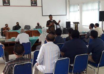 PERTEMUAN MEDIASI: Camat Sumbang, Purdjito saat memimpin pertemuan  mediasi penyelesaian perselisihan pengembang perumahan di Desa Cibereum,  yang belakangan ini memicu konflik, Selasa (22/9), di kantor kecamatan. (SB/Agus Wahyudi)