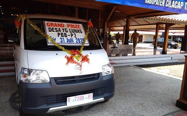 LUNAS PBB: Mobil bak terbuka, yang merupakan hadiah utama bagi desa yang telah lunas PBB, dipamerkan di Pendapa Wijayakusumasakti, Senin (21/9). (SB/Gayhul Dhika Wicaksana)