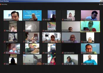 MENGIKUTI PELATIHAN : Para nasabah ULaMM dan mekaar mengikuti pelatihan pengembangan kapasitas usaha (PKU) berbasis daring (online) melalui media zoom meeting di Purwokerto, Rabu (23/9). (SB/dok)