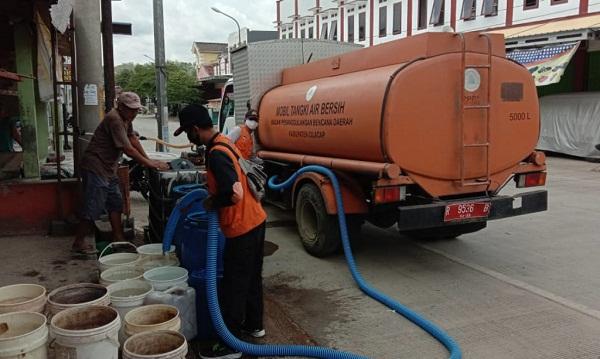 BANTUAN AIR: Personel BPBD Cilacap menyalurkan bantuan air untuk warga terdampak kekeringan di Desa/Kecamatan Karangpucung, Kamis (24/9). (SB/dok)