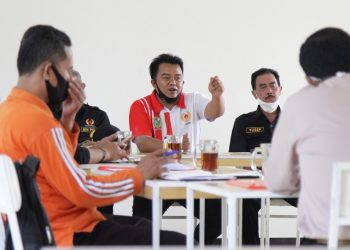 PERSIAPAN-Ketua KONI Banjarnegara Nurohman Ahong (tengah) memberi pengarahan saat rapat persiapan pembentukan Koordinator Olahraga Kecamatan (KOK), Jumat (25/9). (SB/dok)