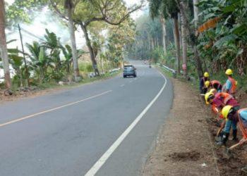 MEMBENAHI SALURAN: Sejumlah pekerja membenahi saluran air tepi jalur selatan Jawa, masuk Kecamatan Cimanggu, Kabupaten Cilacap, kemarin.