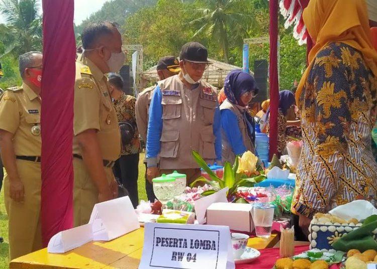 TILIK OLAHAN OYEK: Bupati Banyumas Achmad Husein beserta isteri Erna Husein melihat berbagai makanan olahan oyek di Festival Oyek di Dusun Cilombang, Desa Lumbir Kecamatan Lumbir, Senin (31/8) lalu.