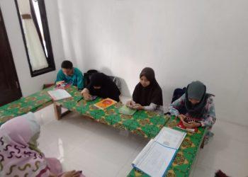 MANFAATKAN WIFI GRATIS: Sejumlah pelajar asal Desa Beji, Kecamatan Kedungbanteng memanfatkan wifi gratis bantuan dari Forsa Banyumas.