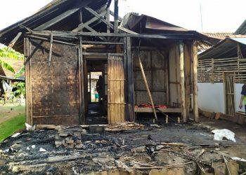RUMAH TERBAKAR: Rumah warga Kelurahan Kutawaru, Kecamatan Cilacap Tengah, Kabupaten Cilacap, milik Karta Nisman (72) yang terbakar. (SB/Dokumentasi UPT Damkar Cilacap)