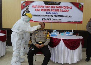 TES SWAB: Kapolres Cilacap AKBP Dery Agung Wijaya,SIK,SH,MH menjalani tes swab, Selasa (22/9). (SB/dok)