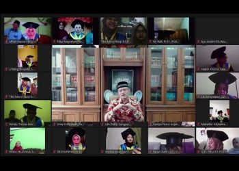 WISUDA SECARA ONLINE: Ketua Umum Muhammadiyah  Prof Dr Haedar Nashir memberikan amanat sambutan melalui aplikasi zoom dalam wisuda secara virtual (online) wisudawan UMP ke-65, Sabtu (26/9/2020).