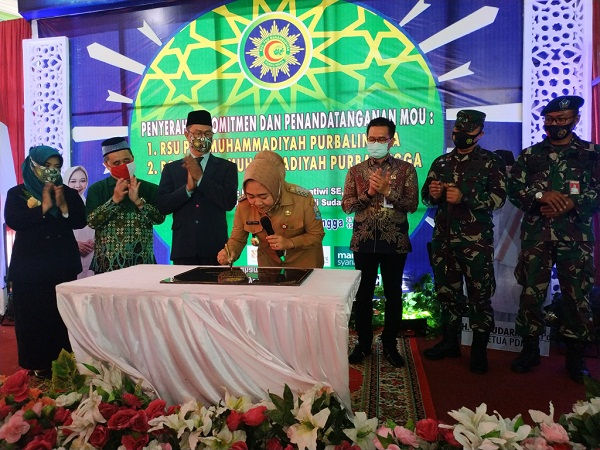 PERESMIAN RS :  Bupati Tiwi menandatangani prasasti peresmian RSU PKU Muhammadiyah Purbalingga.  (SB/Arief Noegroho)